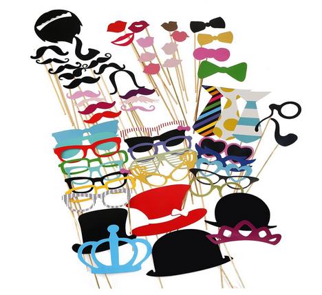 Fotorequisiten Kronen, Krawatten, Hüte, Fliegen, Bärte, Kussmünder, Brillen, Monokel